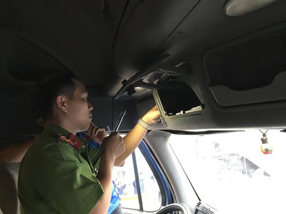 Cả tài xế, phụ xe container dương tính ma túy, giấu hung khí trên xe - Ảnh 1.