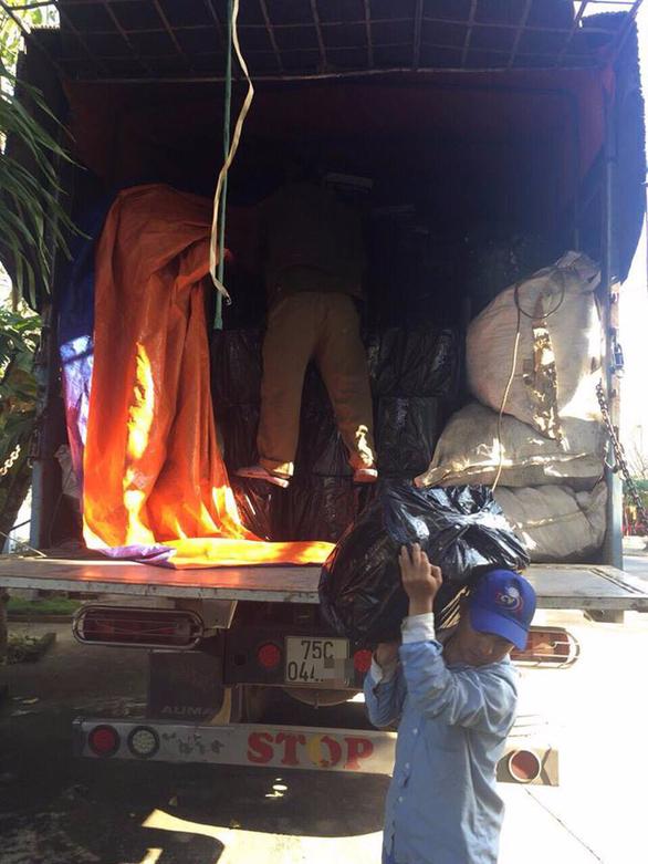Xe tải phế liệu chở 55 thùng rượu ngoại trị giá gần 1 tỉ - Ảnh 1.