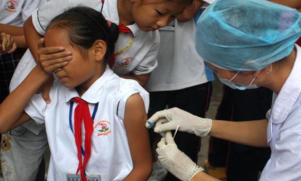Trung Quốc điều tra vắc xin hết hạn ảnh hưởng đến 145 trẻ em - Ảnh 1.