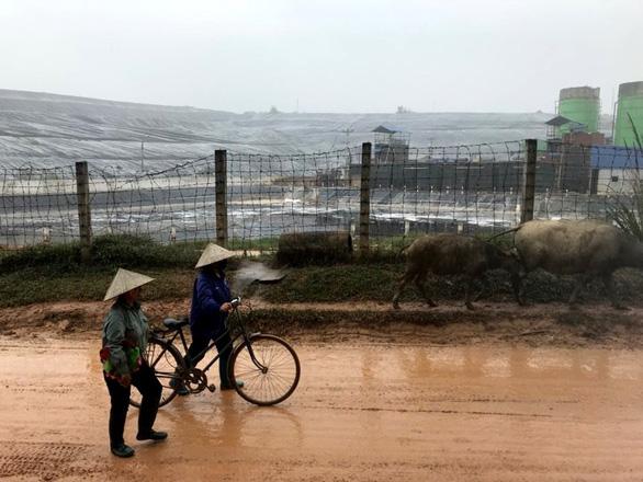 Dân lại chặn xe chở rác vào bãi rác Nam Sơn - Ảnh 2.
