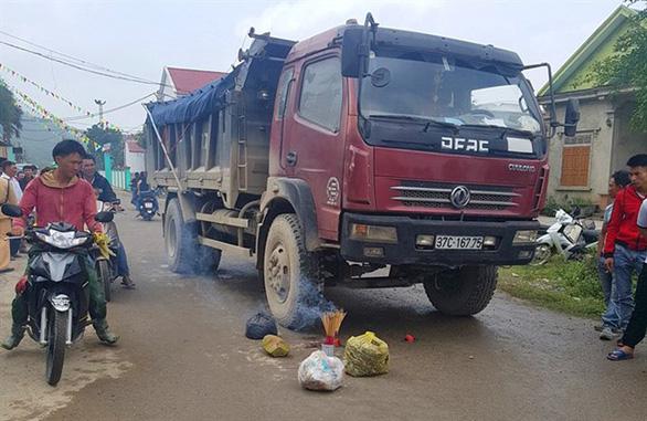 Xe tải cán chết bé gái chạy ra cổng trường trong giờ ra chơi - Ảnh 1.