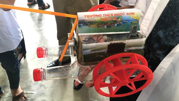 Con robot bơi của học sinh trường làng
