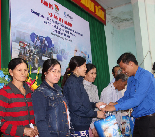 Người già, trẻ nhỏ Ninh Thuận vui mừng vì nước sạch về thôn - Ảnh 2.