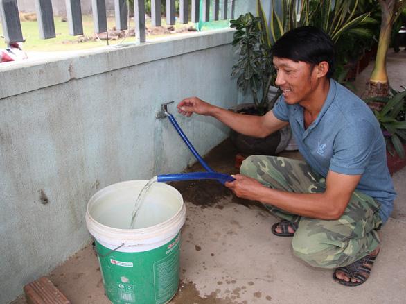 Người già, trẻ nhỏ Ninh Thuận vui mừng vì nước sạch về thôn - Ảnh 1.