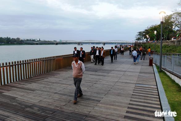 Khánh thành cầu đi bộ bằng gỗ lim 64 tỉ dọc sông Hương - Ảnh 1.