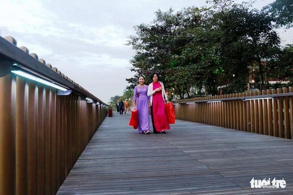 Khánh thành cầu đi bộ bằng gỗ lim 64 tỉ dọc sông Hương - Ảnh 4.