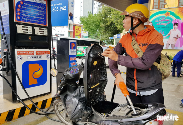 Tự đổ xăng, không dùng tiền mặt ở 11 cửa hàng xăng dầu - Ảnh 1.