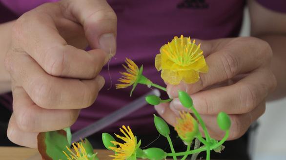 Chàng trai làm hoa mai chưng Tết từ vảy cá - Ảnh 3.