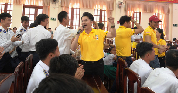 Nghệ sĩ TP HCM giao lưu với chiến sĩ Vùng Cảnh sát biển 2 - Ảnh 2.