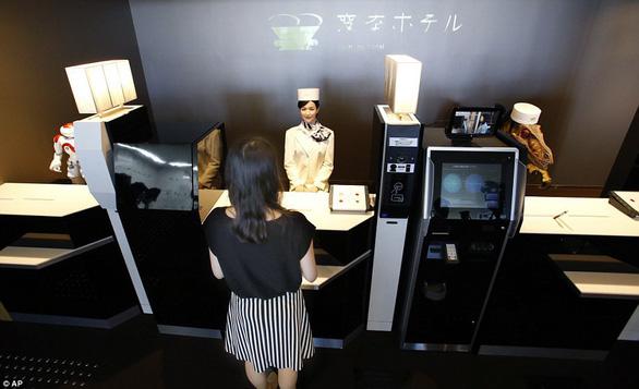 Khách sạn sa thải hơn 100 nhân viên robot vì... ăn hại - Ảnh 4.