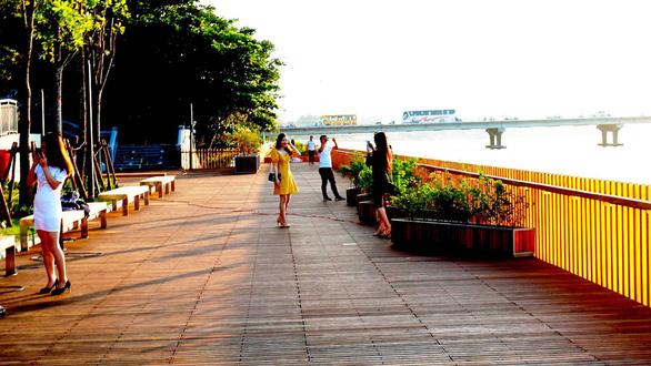 Cầu gỗ lim đi bộ trên sông Hương, vì sao gây bão? - Ảnh 1.