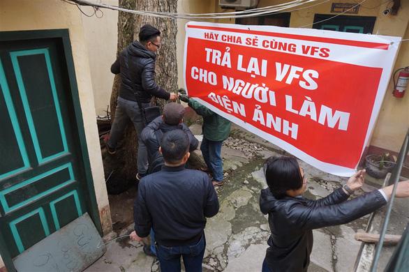 Nghệ sĩ Hãng phim truyện Việt Nam giăng khẩu hiệu đuổi VIVASO - Ảnh 4.