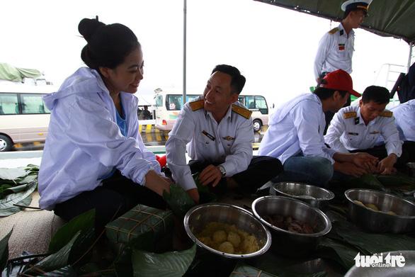 Nghệ sĩ cùng chiến sĩ hải quân gói bánh chưng, trang trí mai vàng đón Tết - Ảnh 1.