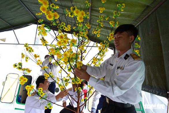 Nghệ sĩ cùng chiến sĩ hải quân gói bánh chưng, trang trí mai vàng đón Tết - Ảnh 6.
