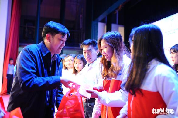 Tặng quà hỗ trợ sinh viên Hà Nội về quê đón tết - Ảnh 1.
