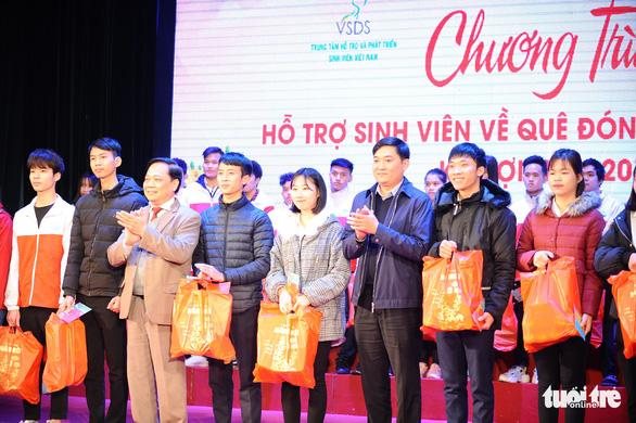 Tặng quà hỗ trợ sinh viên Hà Nội về quê đón tết - Ảnh 2.