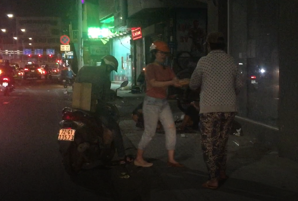 Những ổ bánh mì lặng lẽ giữa đêm Sài Gòn - Ảnh 1.