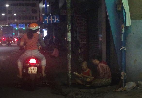 Những ổ bánh mì lặng lẽ giữa đêm Sài Gòn - Ảnh 3.