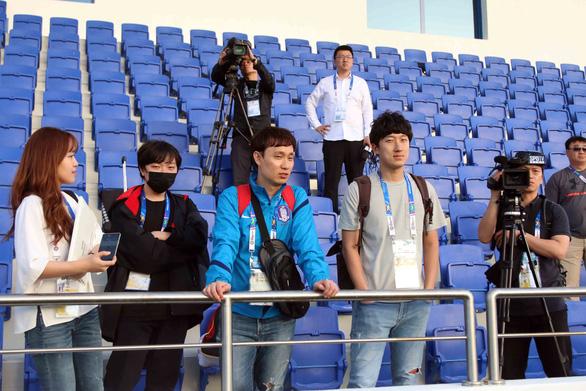Gần 20 phóng viên Hàn Quốc đổ bộ sân tập của tuyển Việt Nam - Ảnh 3.