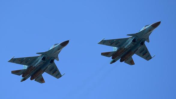 2 tiêm kích Su-34 của Nga đâm nhau trên không - Ảnh 1.