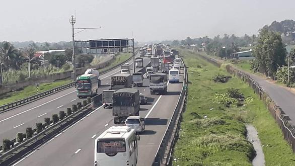 Va chạm nhỏ, kẹt xe nhiều giờ trên cao tốc TP.HCM - Trung Lương - Ảnh 1.