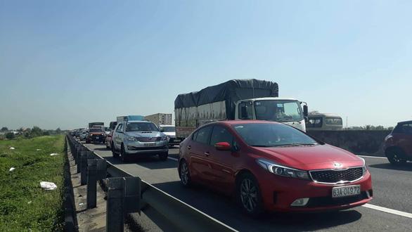 Va chạm nhỏ, kẹt xe nhiều giờ trên cao tốc TP.HCM - Trung Lương - Ảnh 2.