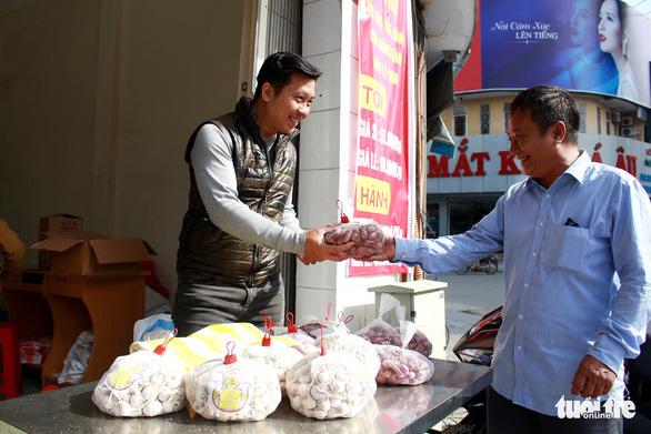 Giải cứu tỏi Lý Sơn với mỗi ký giá 60.000 đồng - Ảnh 1.