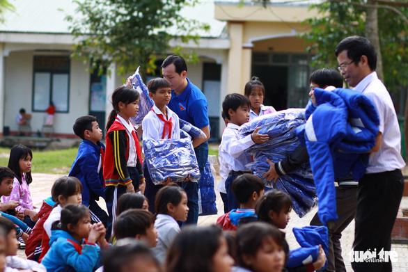 Mang áo ấm, bao lì xì Tết đến học trò vùng núi Quảng Ngãi - Ảnh 3.