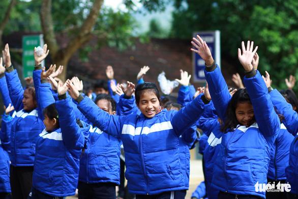 Mang áo ấm, bao lì xì Tết đến học trò vùng núi Quảng Ngãi - Ảnh 6.