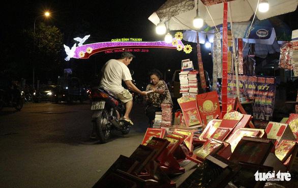 Bạn trẻ Sài Gòn rực rỡ đón xuân trên phố Ông đồ - Ảnh 4.