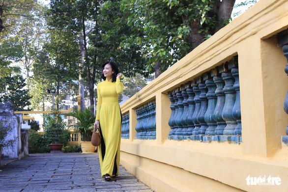 Bạn trẻ Sài Gòn rực rỡ đón xuân trên phố Ông đồ - Ảnh 6.