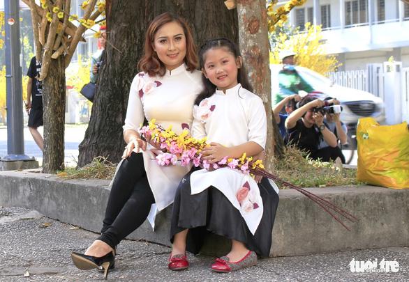 Bạn trẻ Sài Gòn rực rỡ đón xuân trên phố Ông đồ - Ảnh 11.