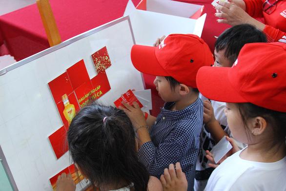 Thí sinh 'Biệt Tài Tí Hon' khám phá nhà máy tinh luyện dầu ăn từ cá - Ảnh 3.