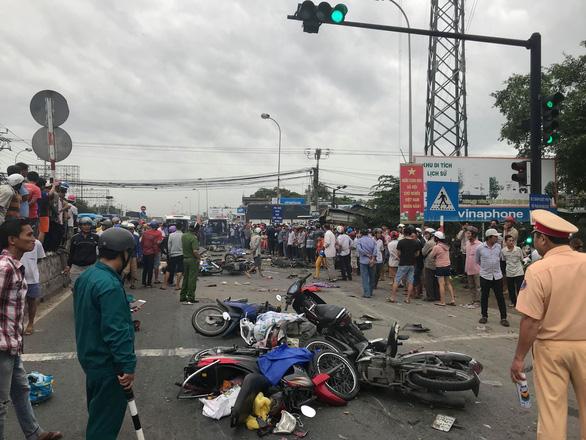 Xe container tông 21 xe máy dừng đèn đỏ, ít nhất 4 người chết - Ảnh 2.