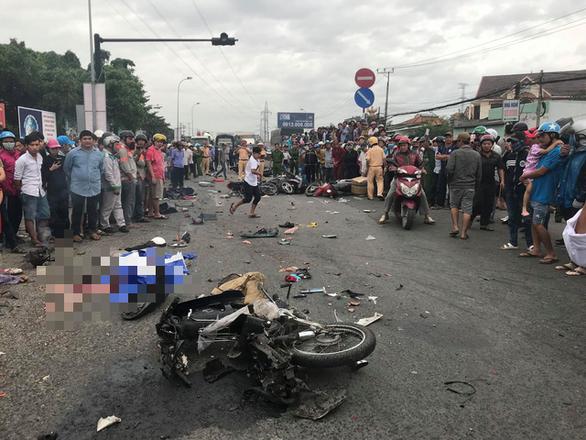 Xe container tông 21 xe máy dừng đèn đỏ, ít nhất 4 người chết - Ảnh 5.