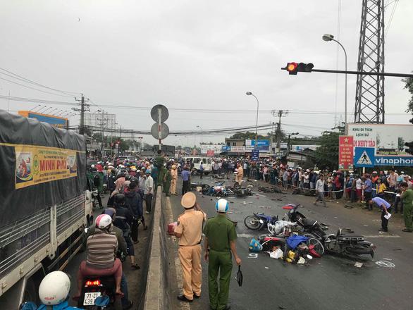 Xe container tông 21 xe máy dừng đèn đỏ, ít nhất 4 người chết - Ảnh 10.