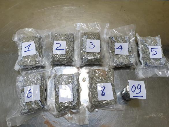 Bắt giữ 2,3kg ma túy vận chuyển qua sân bay Tân Sơn Nhất - Ảnh 1.