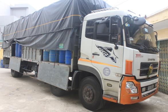 Thanh Hóa bắt 854 chai rượu ngoại nhập lậu trên đường từ Nam ra Bắc - Ảnh 2.