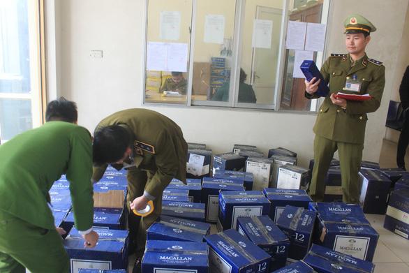 Thanh Hóa bắt 854 chai rượu ngoại nhập lậu trên đường từ Nam ra Bắc - Ảnh 1.