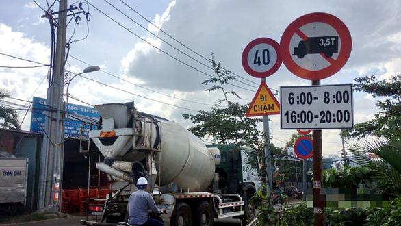 Xe tải nặng ầm ầm xộc vào đường cấm - Ảnh 1.