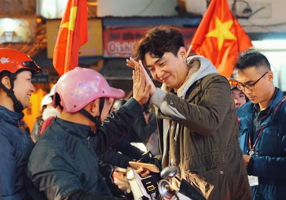 Tuyển Việt Nam chiến thắng quả cảm, TP.HCM, Hà Nội bão - Ảnh 26.