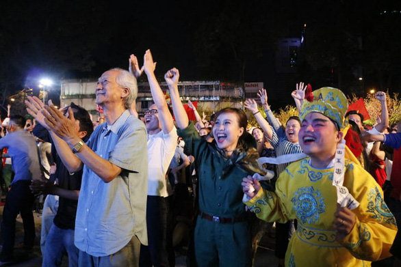 Tuyển Việt Nam chiến thắng quả cảm, TP.HCM, Hà Nội bão - Ảnh 14.