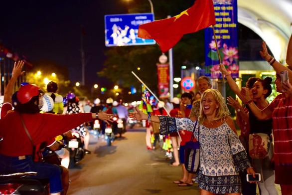 Tuyển Việt Nam chiến thắng quả cảm, TP.HCM, Hà Nội bão - Ảnh 9.