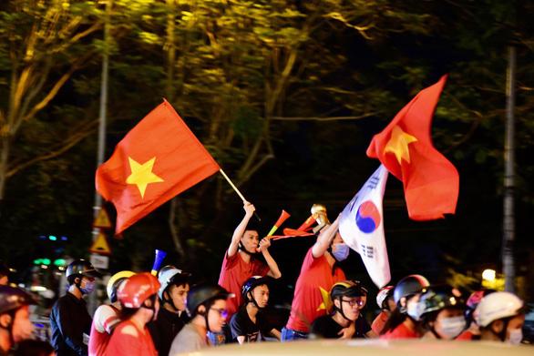 Tuyển Việt Nam chiến thắng quả cảm, TP.HCM, Hà Nội bão - Ảnh 10.