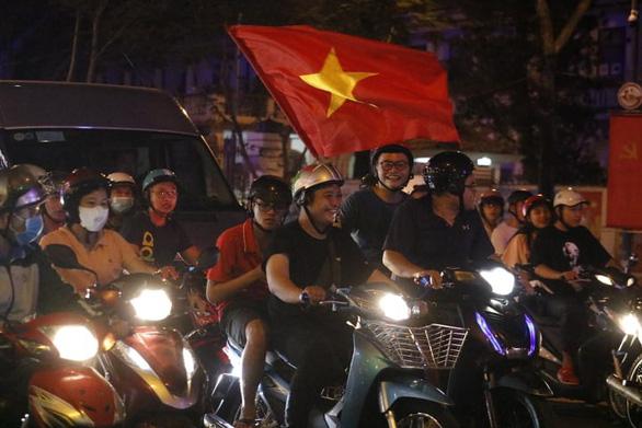 Tuyển Việt Nam chiến thắng quả cảm, TP.HCM, Hà Nội bão - Ảnh 17.
