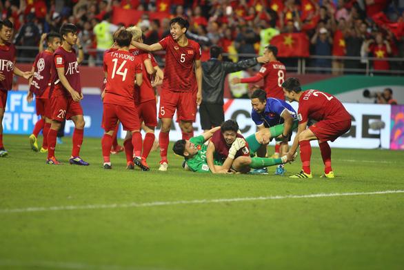 Cầu thủ Việt Nam vui nổ trời sau chiến thắng trước Jordan - Ảnh 3.