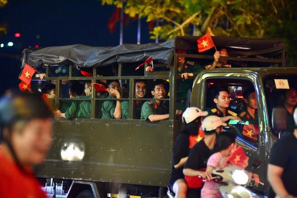 Tuyển Việt Nam chiến thắng quả cảm, TP.HCM, Hà Nội bão - Ảnh 8.
