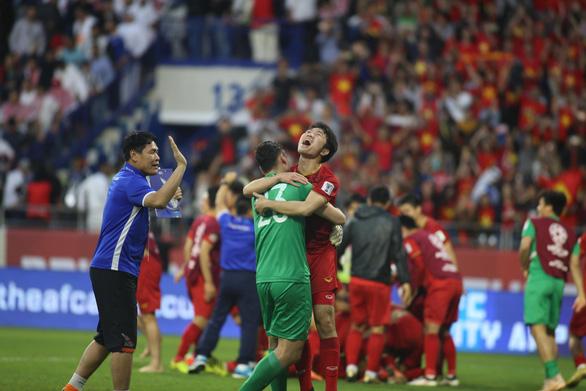 Cầu thủ Việt Nam vui nổ trời sau chiến thắng trước Jordan - Ảnh 4.