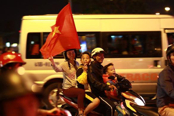 Tuyển Việt Nam chiến thắng quả cảm, TP.HCM, Hà Nội bão - Ảnh 21.