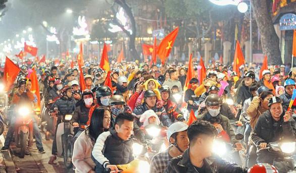 Tuyển Việt Nam chiến thắng quả cảm, TP.HCM, Hà Nội bão - Ảnh 23.